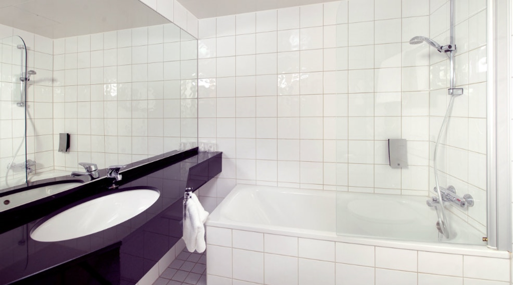 Superior double room with large bathroom and bathtub at Aurora Hotel in Tromso