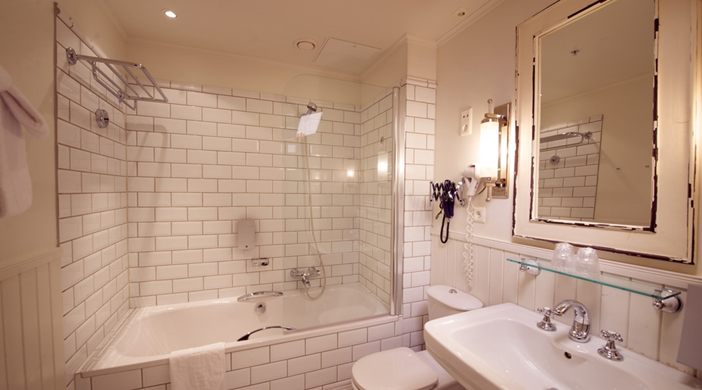 Large and stylish bathroom and deluxe double room at Bastion Hotel in Oslo