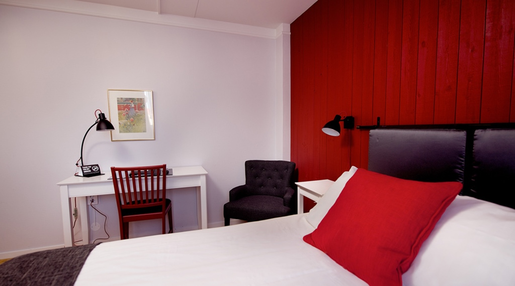 Trendy single room with a desk at Bergmestaren Hotel in Falun
