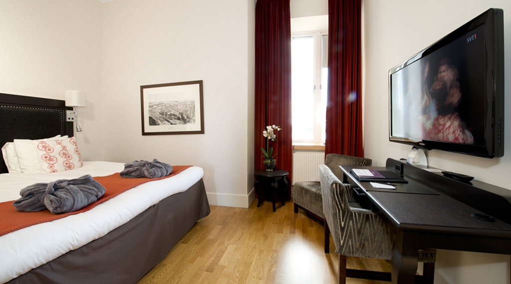 Large well-equipped superior twin room at Bolinder Munktell Hotel in Eskilstuna