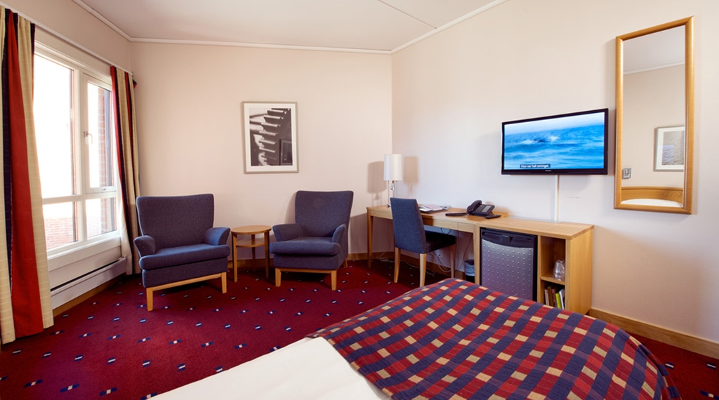 Large and well-furnished twin room at Bryggeparken Hotel in Skien