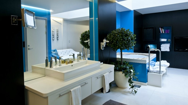 Spacious and well-equipped bathroom and spa in suite at Folketeateret Hotel in Oslo