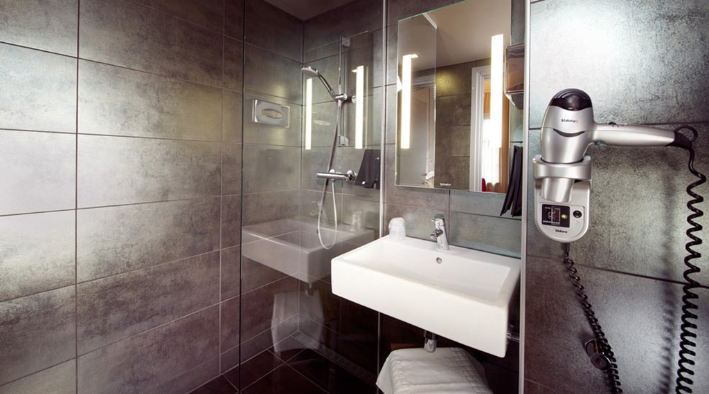 Superior double hotel room with large modern bathroom at Folketeateret Hotel in Oslo
