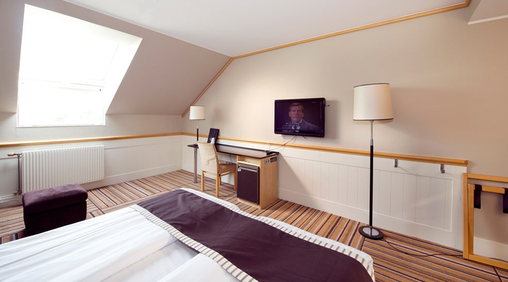Large and bright standard twin room at Fregatten Hotel in Varberg