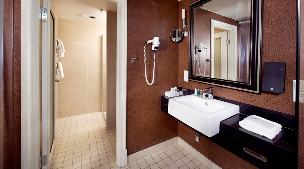 Modern and spacious bathroom in deluxe double room at Havnekontoret Hotel in Bergen