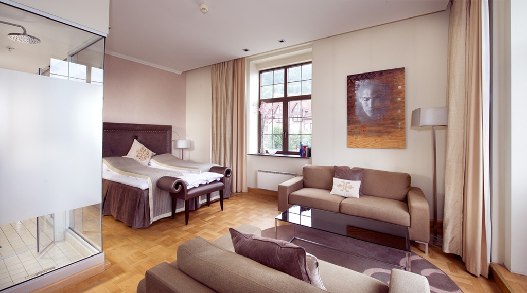 Large and fashionable suite with chic in-built bathroom at Havnekontoret Hotel in Bergen