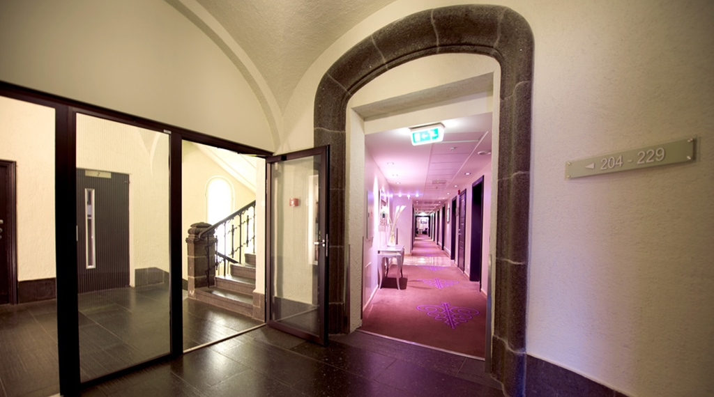 Large and rustic stairway and hallway at Havnekontoret Hotel in Bergen