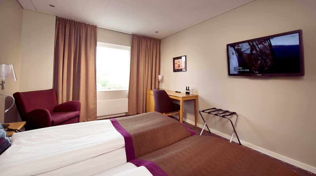 Superior twin room with a desk, TV and a view at Kompaniet Hotel in Nykoping