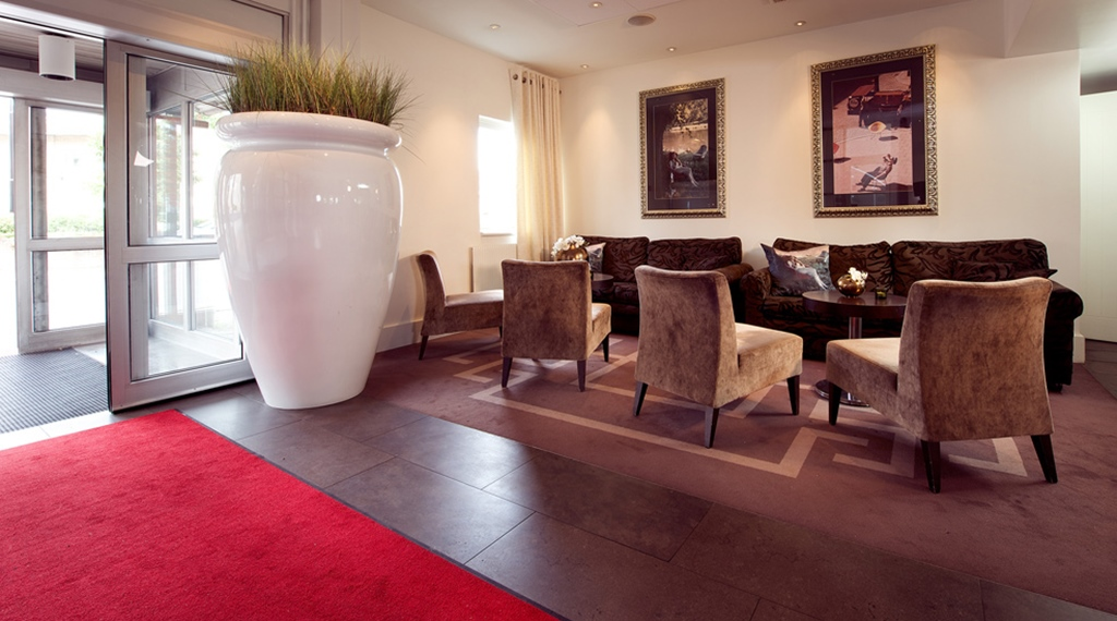 Lobby with comfortable seating by the entrance at Kompaniet Hotel in Nykoping