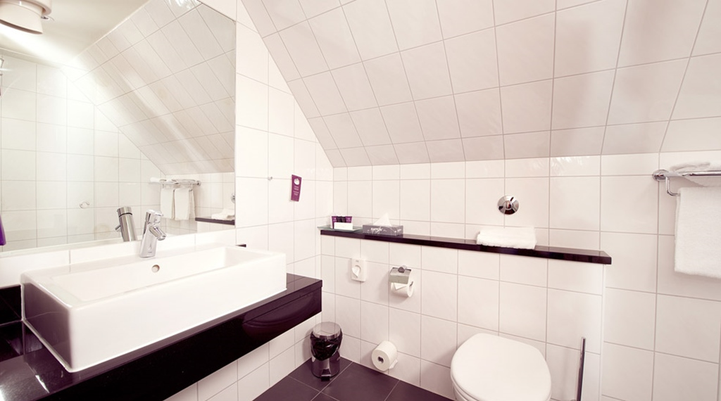 Modern and spacious bathroom in deluxe double room at Skagen Brygge in Stavanger