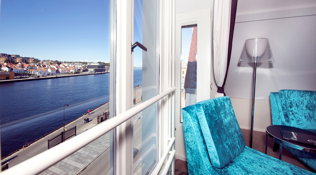 Deluxe double room with an amazing view of the canal and ocean at Skagen Brygge in Stavanger