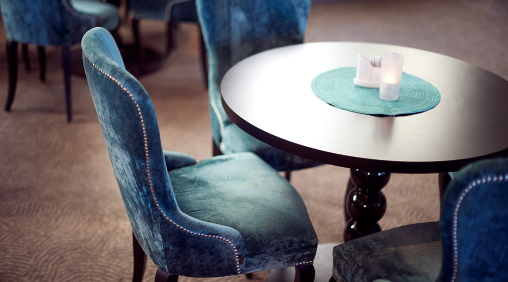 Dining room with classy and elegant furniture at Skagen Brygge in Stavanger