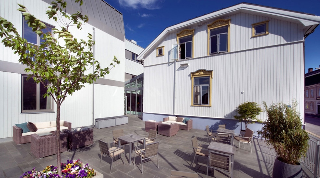 Spacious outdoor area with comfortable furniture at Tollboden Hotel in Drammen