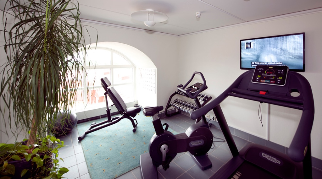 Gym with a TV at Uman Hotel in Umea