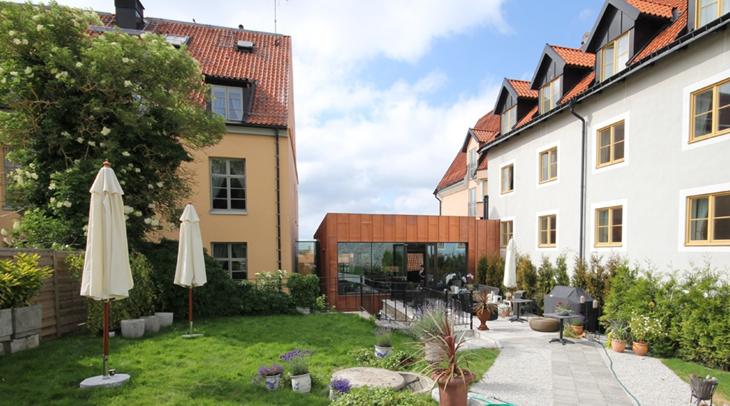 Green and spacious outdoor area at Wisby Hotel in Visby