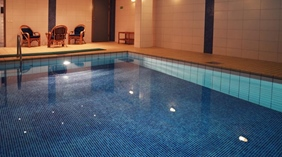 Indoor pool at Comfort Hotel Royal in Saffle