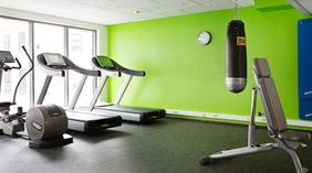 Gym with apparatus and green walls at Comfort Hotel Union Brygge Drammen