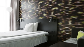 Standardrom with double bed and wallpaper at Comfort Hotel Union Brygge Drammen