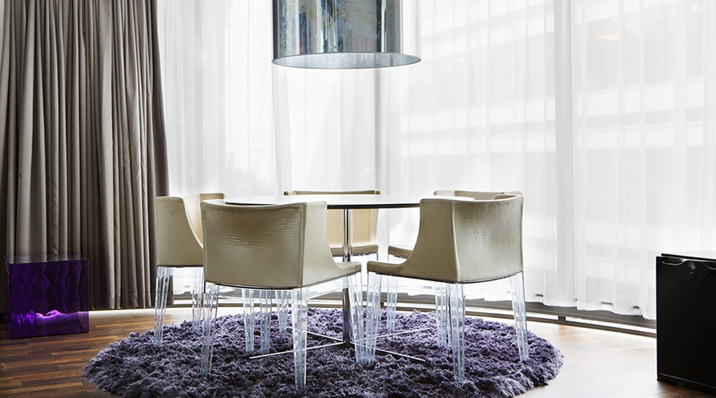 Las Vegas suite with round table on a purple carpet at Comfort Hotel Union Brygge in Drammen in Norway
