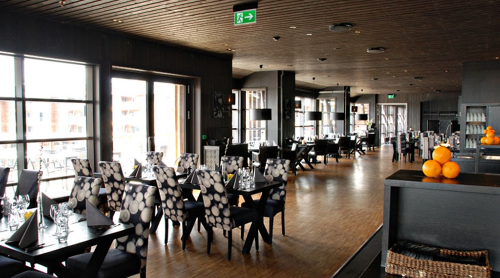 Spacious and bright restaurant at Norrefjell Ski & Spa Hotel in Norrefjell