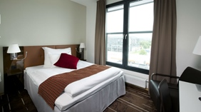 Large and bright single hotel room at Quality Airport Vaernes Hotel in Stjordal