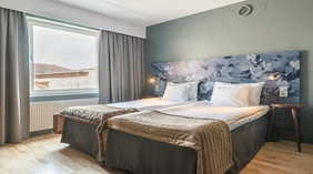 A superior double room with a double bed at Quality Hotel Ekoxen