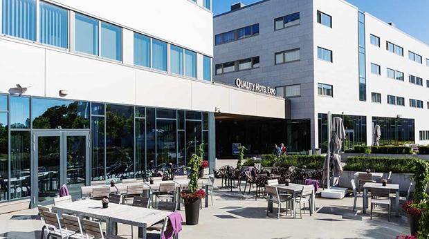 Dine outside in the sun at Quality Hotel Expo's restaurant