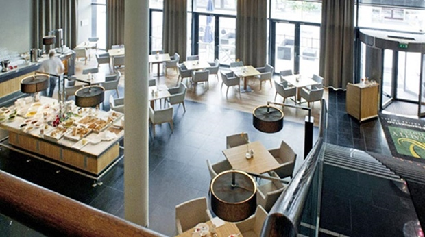 Large and bright restaurant area with high ceilings at Quality Hotel Frederikstad
