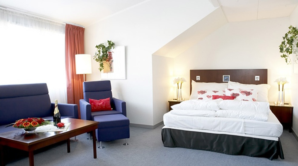Bright and well-furnished deluxe hotel room at Quality Grand Hotel Kongsberg