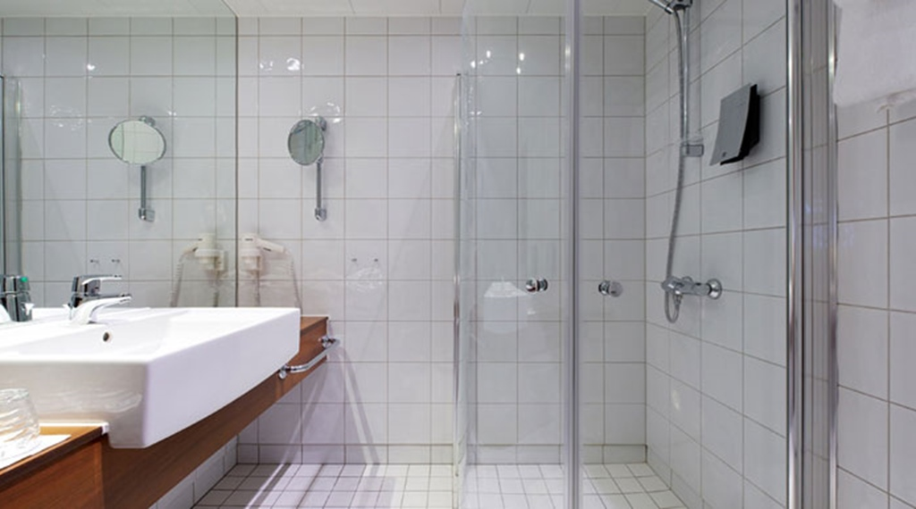 Large bathroom in standard single room at Quality Grand Hotel in Kristiansund