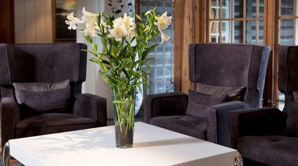 Cosy lobby with comfortable armchairs at Quality Leangkollen Hotel in Asker