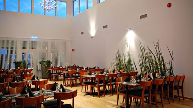 Elegant hotel restaurant with a remarkable ceiling creating a great atmosphere at Quality Hotel Vanersborg