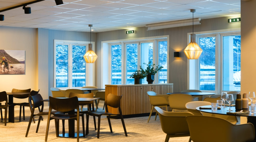 Dining area with table and chairs in the restaurant at the Quality Hotel Vøringfoss