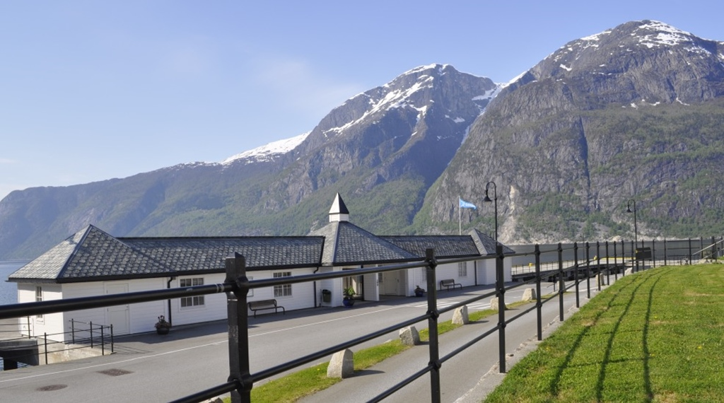 Astonishing hotel location by the Hardangerfjord and mountains at Quality Voringfoss Hotel in Eidfjord